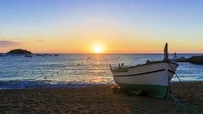 Bateaux de pêche en mer Méditerranée sur le lever de soleil Photographie stock libre de droits