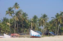 Bateaux de pêche en plage tropicale, Goa Photos libres de droits