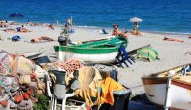 Bateaux de pêche et baigneurs, Noli, la Riviera italienne Images stock