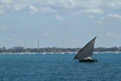 Bateaux de pêche et bateaux à voile dans l'Océan Indien Photos stock