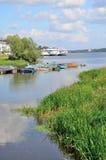 Bateaux de pêche et bateaux de moteur en Volga en été, Russie Photographie stock libre de droits