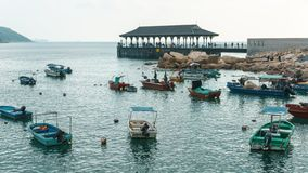 Bateaux de pêche et le pilier de ferry de Stanley Bay en Hong Kong au coucher du soleil Paysage urbain rustique de Hong Kong image stock
