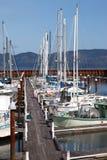Bateaux de pêche et petits yachts dans une marina. Photos stock