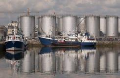 Bateaux de pêche et réservoirs de stockage d'huile. Photographie stock libre de droits