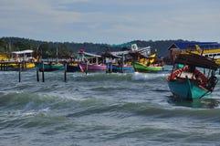 Bateaux de pêche et vagues, île de Koh Rong, Cambodge photographie stock