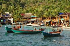 Bateaux de pêche et village, Koh Rong, Cambodge photo stock