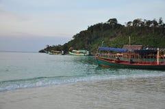 Bateaux de pêche et village, Koh Rong, Cambodge photos stock