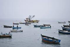 Bateaux de pêche flottant sur la mer en hiver Photos stock
