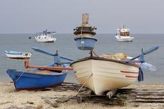 Bateaux de pêche grecs images stock