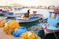 Bateaux de pêche grecs colorés Photo stock