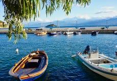 Bateaux de pêche grecs colorés dans le petit port de village, Grèce image libre de droits