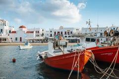 Bateaux de pêche grecs dans le port Images libres de droits