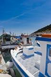 Bateaux de pêche grecs sur le port de Kalymnos Images libres de droits