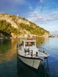Bateaux de pêche grecs traditionnels dans le port Image libre de droits
