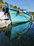 Bateaux de pêche grecs traditionnels dans le port Photographie stock