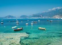 Bateaux de pêche, mer d'espace libre et montagnes bleues Photos stock