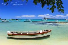Bateaux de pêche, mer de turquoise et ciel bleu tropical Image libre de droits