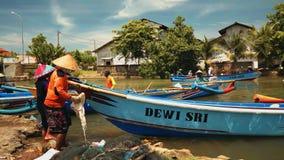 Bateaux de pêche naviguant en rivière dans Cilacap, Java, Indonésie clips vidéos