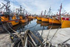 Bateaux de pêche oranges en mars del Plata, Argentine photo stock