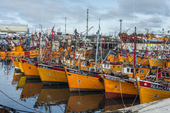 Bateaux de pêche oranges en mars del Plata, Argentine photographie stock