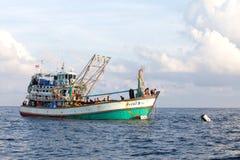 Bateaux de pêche pêchant des poissons sur Andaman Image libre de droits
