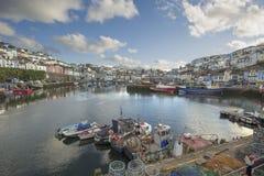 Bateaux de pêche de port de Brixham et maisons urbaines image stock