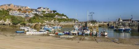 Bateaux de pêche de port de Newquay à marée basse image stock