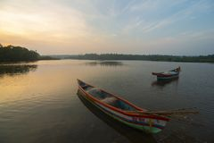 Bateaux de p?che pr?s de plage Sindhudurga, maharashtra, Inde d'Achara images stock