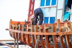 Bateaux de pêche de réparation d'atelier des pêcheurs Photo stock