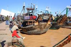 Bateaux de pêche rouillés dans le port Photos stock