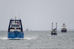 Bateaux de pêche se dirigeant pour l'abri Photos libres de droits