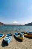 Bateaux de pêche, Shoji Lake, le mont Fuji, Japon Photo libre de droits