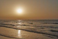 Bateaux de pêche sur l'horizon retournant au coucher du soleil photo stock
