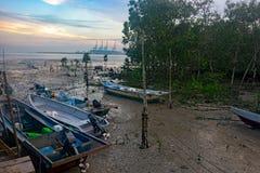 Bateaux de pêche sur la boue à marée basse Image libre de droits