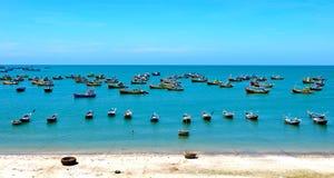 Bateaux de pêche sur la mer en Phan Thiet, Vietnam Images libres de droits