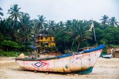 Bateaux de pêche sur la plage image stock