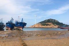 Bateaux de pêche sur la plage photo libre de droits