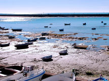 Bateaux de pêche sur la plage Photos stock