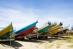 Bateaux de pêche sur la plage, Brunei images libres de droits