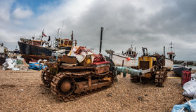 Bateaux de pêche sur la plage chez Hastings Image libre de droits
