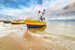 Bateaux de pêche sur la plage de la mer baltique Images libres de droits