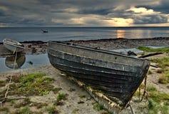Bateaux de pêche sur la plage de la mer baltique, Lettonie Images libres de droits
