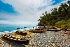 Bateaux de pêche sur la plage du Sao Tomé photo libre de droits