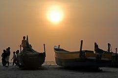 Bateaux de pêche sur la plage, Kovalam, Inde Photos libres de droits