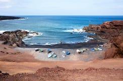 Bateaux de pêche sur la plage de l'île de Lanzarote Photos stock