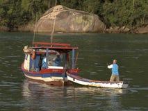 Bateaux de pêche sur la plage de Pereque dans Guaruja, Brésil photo stock