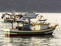 Bateaux de pêche sur la plage de Pereque dans Guaruja, Brésil photographie stock