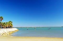 Bateaux de pêche sur la plage de Puerto vraie à Cadix, Andalousie l'espagne Images stock