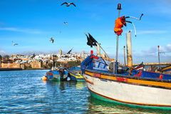 Bateaux de pêche sur le fond de la forteresse au Maroc Photographie stock libre de droits