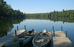 Bateaux de pêche sur le lac wilderness Photo stock